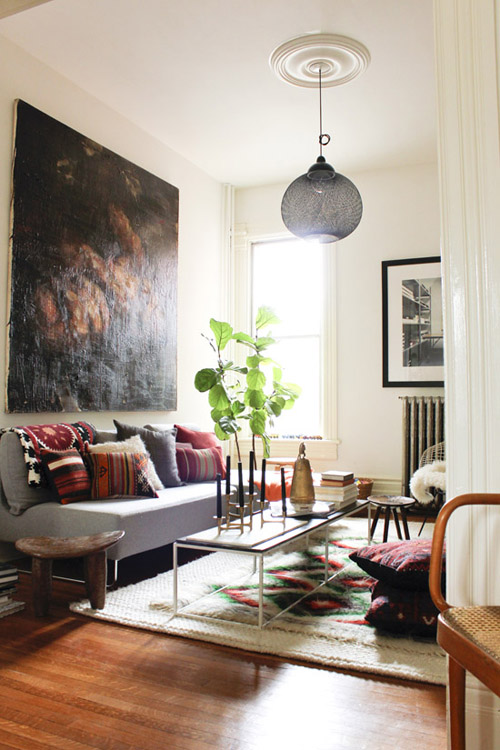 marion-house-book-living-room-boho-pillows-rug-houseandhome-fall11