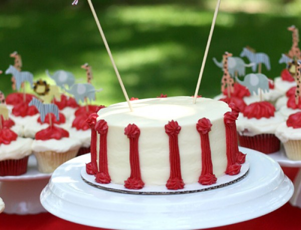 vintage-circus-birthday-party-cake-garland-red-white1