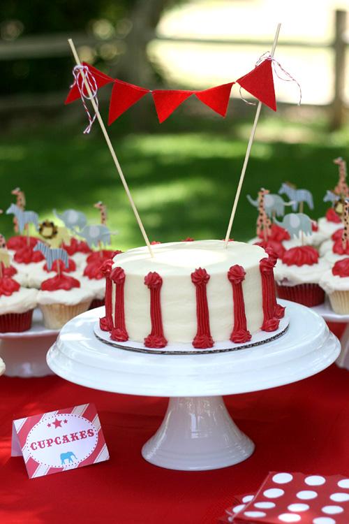 vintage-circus-birthday-party-cake-garland-red-white1