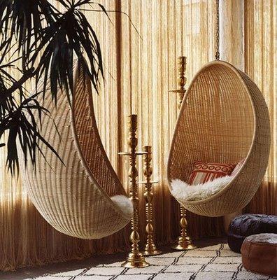 Подвесные плетеные кресла в интерьере
