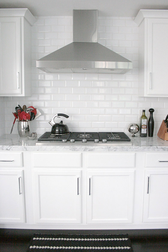 BLACK + WHITE Kitchen + Breakfast Nook