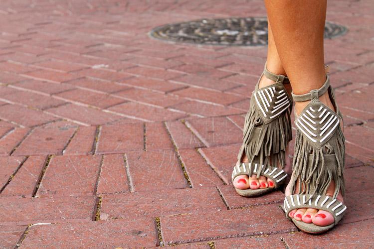 Erika Brechtel rStheCon outfit Schutz fringe sandals