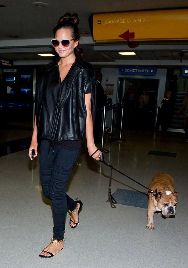 chrissy-teigen-street-style-skinnies-flat-sandals-leather-top