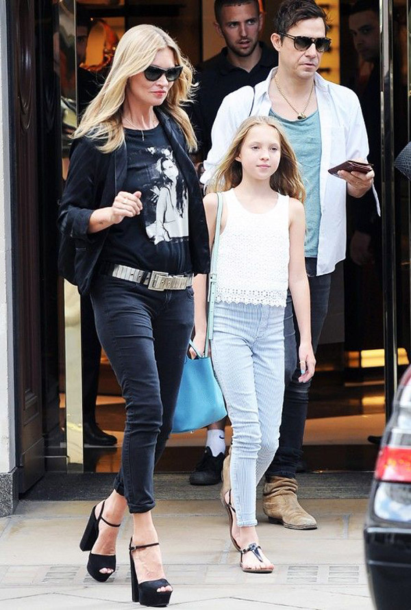 kate moss black jeans graphic tee jacket chunky heel sandals